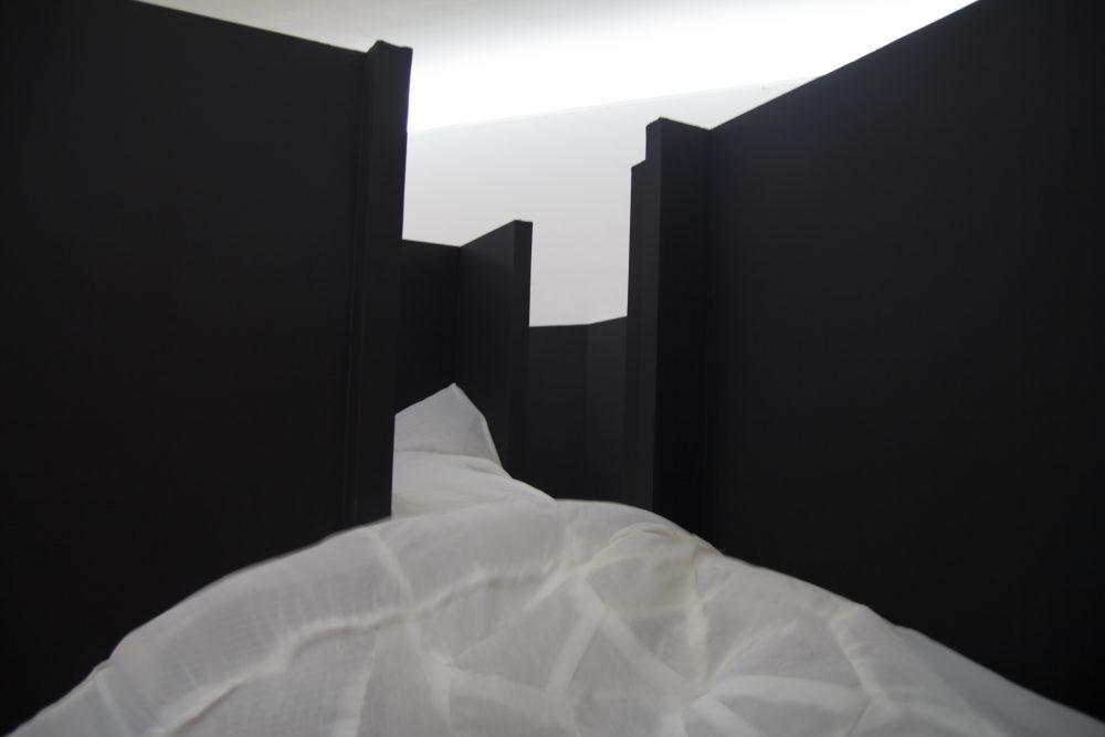 """Damien Marchal, """"Retranché,la dichotomie desprésents"""". Installation.Placoplâtre, voilages, ventilateurs àtambour,dimensions : 6 x 5 x 2,4 m.Vues du Parcours d'art contemporain, centre d'art contemporain, Cajarc. Courtesy de l'artiste. Photographie A. Astruc © 2013"""