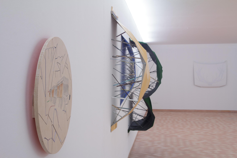 """Fredy Alzate, """"Mild Architecture"""".  Bois, acier, plastique. Vue du Parcours d'art contemporain, centre d'art contemporain, Cajarc. Courtesy de l'artiste. Photographie A. Astruc © 2013"""