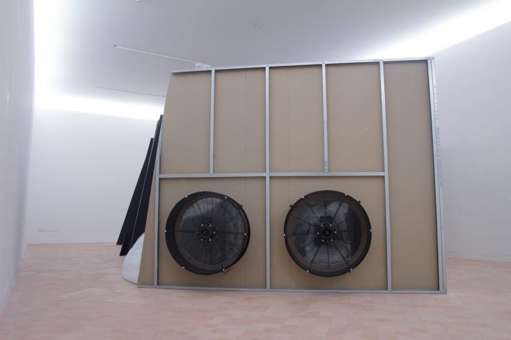 """Damien Marchal, """"Retranché, la dichotomie des présents"""". Installation. Placoplâtre, voilages, ventilateurs à tambour, dimensions : 6 x 5 x 2,4 m. Vues du Parcours d'art contemporain, centre d'art contemporain, Cajarc. Courtesy de l'artiste. Photographie A. Astruc © 2013"""