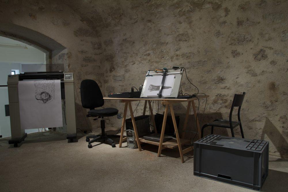 """Damien Marchal, """"Térahertz du spectre"""". Installation avec traceurs, dessin, système de diffusion sonore, moniteur. Vue du Parcours d'art contemporain, Maisons Daura, Saint-Cirq-Lapopie. Courtesy de l'artiste. Photographie A. Astruc © 2013"""