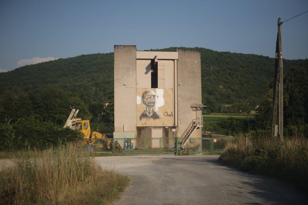Chad Keveny. Portraits grand format, 4 m x 4 m, réalisés à l'encre de Chine sur papier kraft, intégrés au paysage. Vue du Parcours d'art contemporain, Mélines, Tour-de-Faure. Courtesy de l'artiste. Photographie A. Astruc © 2013