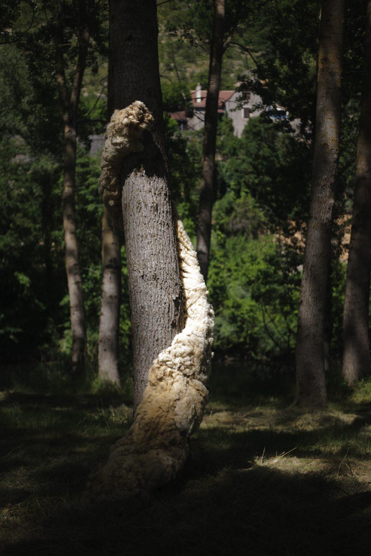 """Yuhsin U Chang, """"Hymen"""". 2013. Installation, laine brute et grillage. Vue du Parcours d'art contemporain, peupleraie, Calvignac. Courtesy de l'artiste. Photographie A. Astruc © 2013"""