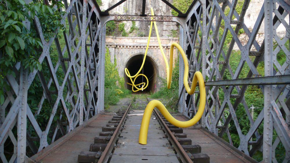 Fredy Alzate, Traza, Installation in situ, gaines en plastique et câbles. Vue du Parcours d'art contemporain, pont de chemin de fer de Conduché, Bouziès. Courtesy de l'artiste. Photographie MM-MAGP © 2013