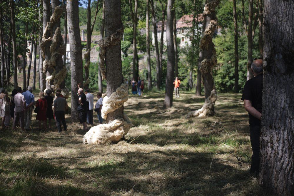 """Yuhsin U Chang, """"Hymen"""". 2013. Installation, laine brute et grillage.Vue du Parcours d'art contemporain, peupleraie, Calvignac.Courtesy de l'artiste. Photographie A. Astruc © 2013"""