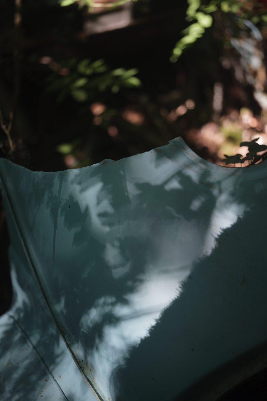 """Natacha Mercier. """"Lonely"""", 2013. Épave de ds, peinture et installation. Vue du Parcours d'art contemporain, Mélines, Tour-de-Faure. Courtesy de l'artiste. Photographie A. Astruc © 2013"""