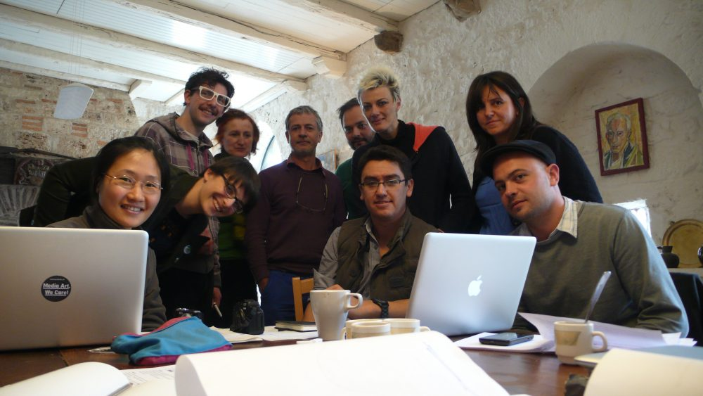 Les artistes durant leur résidence aux Maisons Daura. Avec : Fredy alzate, chad Keveny, Damien Marchal, Natacha Mercier, Daniel Perrier, Yushin U Chang.
