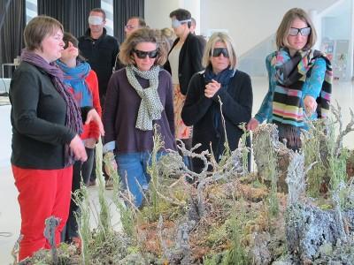 Des médiateurs découvre une exposition sous bandeaux à l'occasion d'une journée de formation Art Contemporain et Déficience Visuelle au Pavillon Blanc à Colomiers.