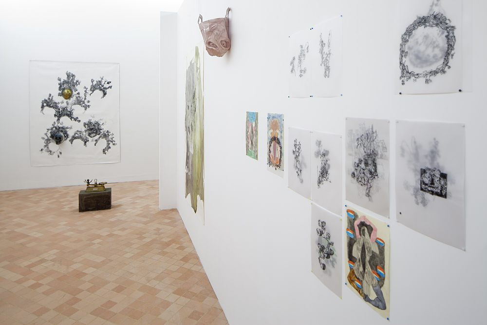 Frédérique Loutz et Ernesto Castillo, (mur du fond) Calotte Dessin sur toile et objets, 2012 (à droite) Herbier Techniques mixtes sur collages de calque et de papier, 2012 Vue du Parcours d'art contemporain, centre d'art contemporain, Cajarc. Courtesy des artistes. Photographie Yohann Gozard © 2012
