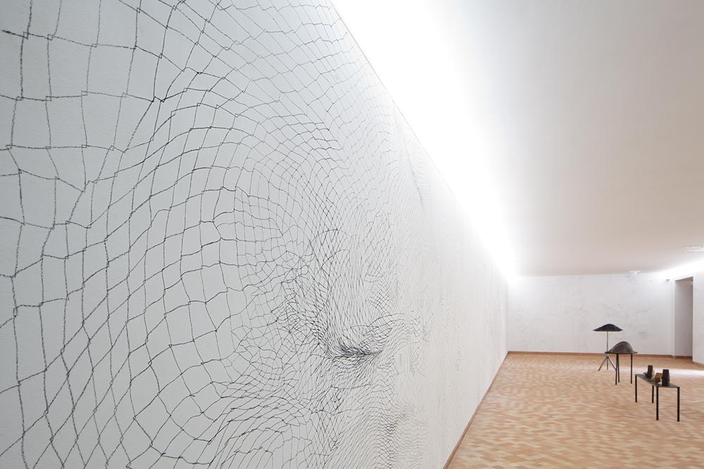 Philippe Poupet, Sans filer, Dessin mural à plusieurs mains, 2012 Vue du Parcours d'art contemporain, centre d'art contemporain, Cajarc. Courtesy de l'artiste. Photographie Yohann Gozard © 2012