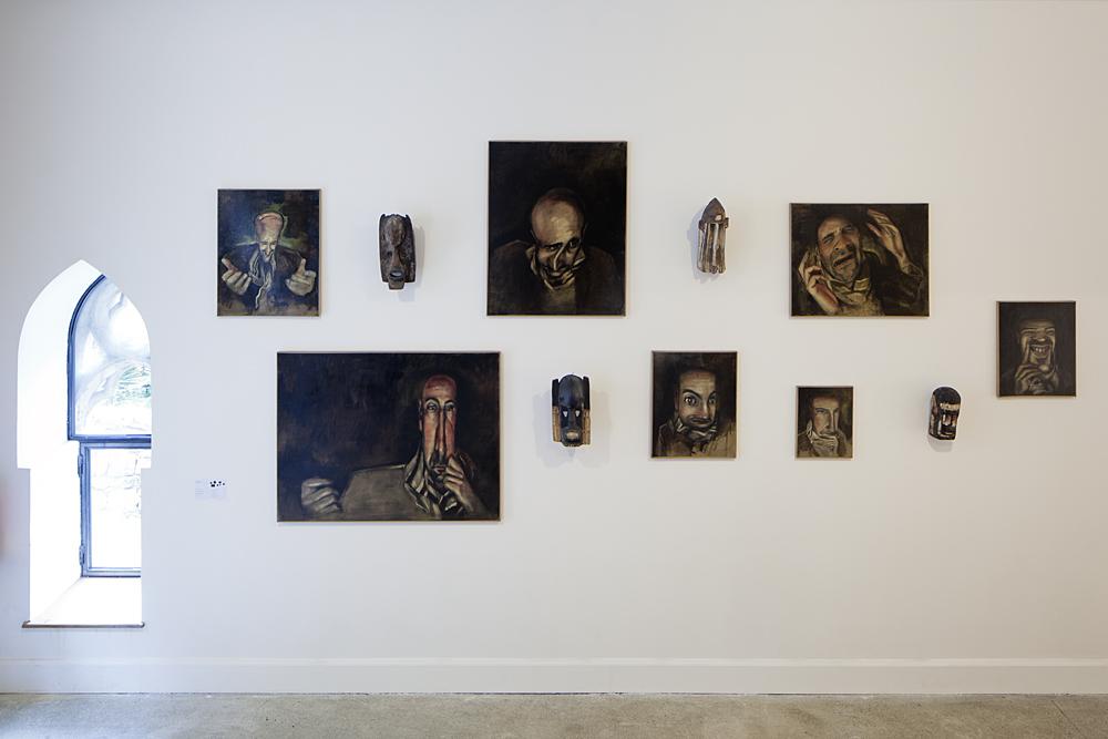 Renaud Bézy Sans titre Installation : huile sur toile et masques Dogon Vue du Parcours d'art contemporain, Maisons Daura, Saint-Cirq-Lapopie. Courtesy de l'artiste. Photographie Yohann Gozard © 2012