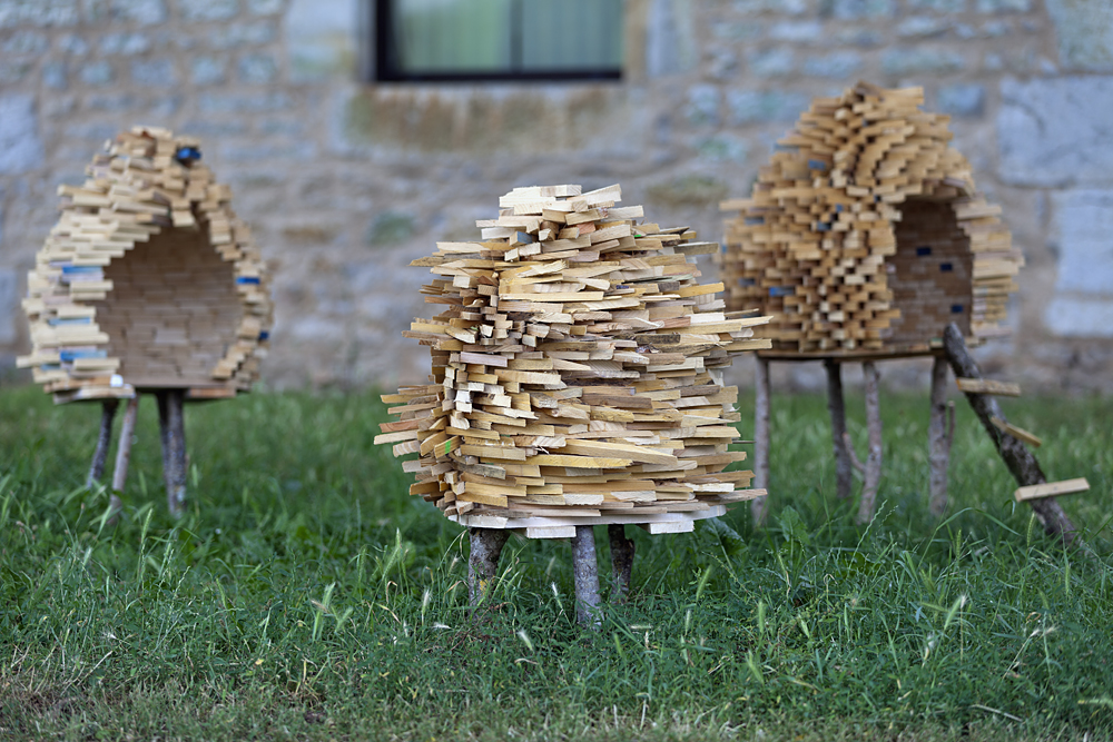 Suzanne Husky, High-Tech-Low-Energy Solution, Sculpture, bois, 2012. Vue du Parcours d'art contemporain, jardin du centre d'art contemporain, Cajarc. Courtesy de l'artiste. Photographie Yohann Gozard © 2012