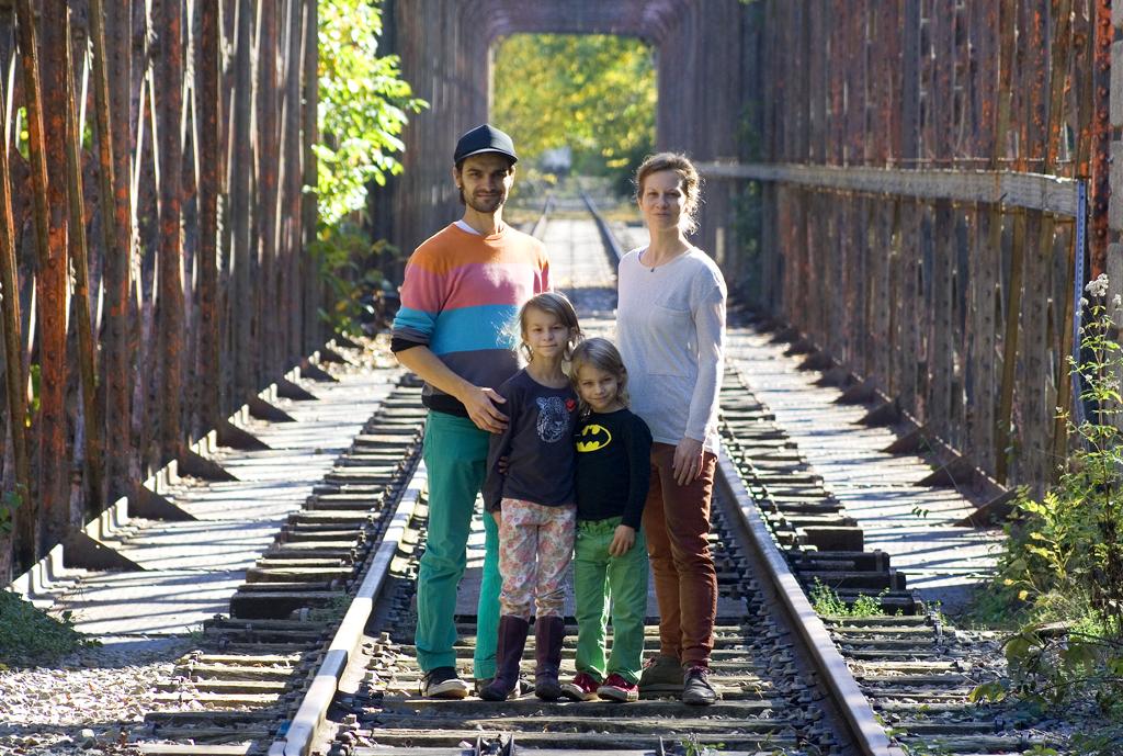 Famille sur les rails (chemin halage)