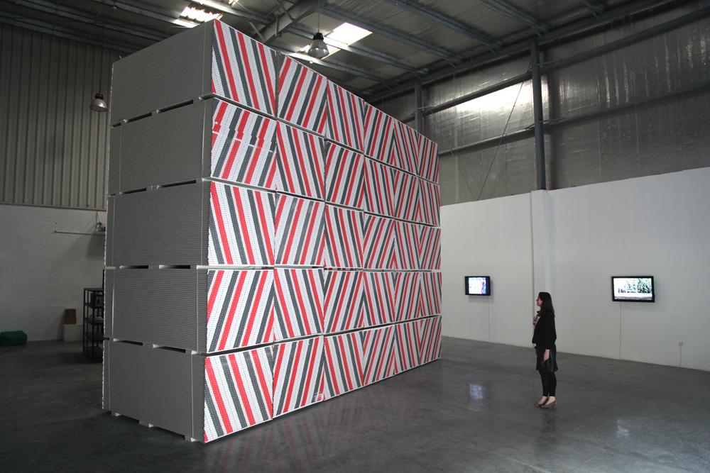 Fayçal Baghriche — Nothing more concrete 30 palettes de plaques de plâtre560 x 720 x 240 cm, 2012.  Vue de l'exposition Lines, colors, Surface, Satellite, Dubai 2012. Photographie © J.B Wejman