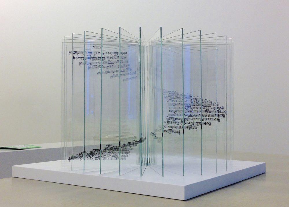 Mohssin Harraki — Rubáiyát Omar Khayyam. 2015. 30 feuilles de verre sérigraphiées et disposées sur une planche en bois. 44x44x3,5cm