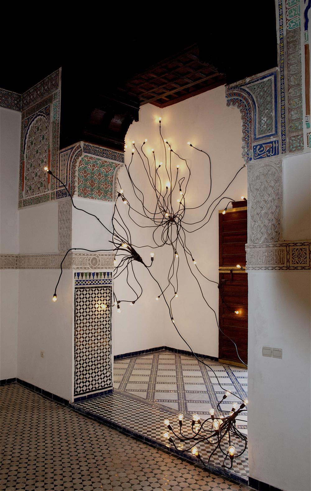 Mohssin Harraki — Tagant (Forêt). Installation de 87 ampoules, câbles électriques, variateur. 2016