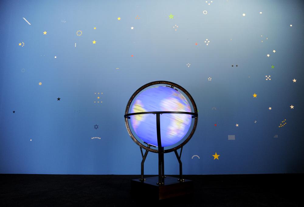 """Fayçal Baghriche — Souvenir. Globe terrestre lumineux et moteur. ø: 150 cm, h 180 cm. 2009. Photographie © Didier Plowy. Vue de l'exposition """"La force de l'Art"""". Grand Palais, Paris, 2009"""