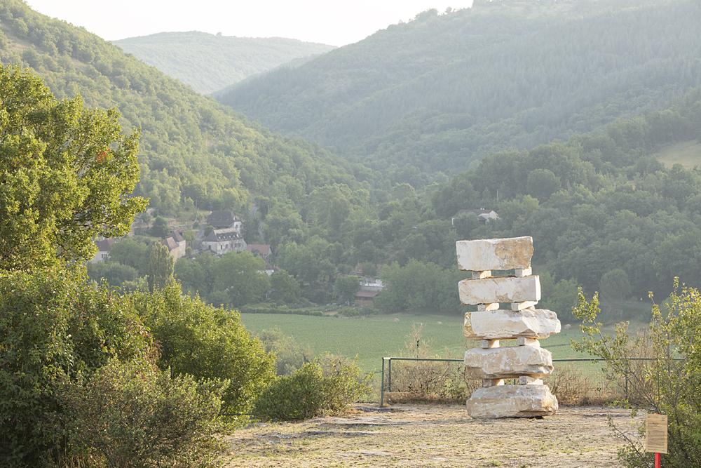 """Lucie Laflorentie, """"Vous savez, mon ami, que pour les esprits pensifs (...)"""", installations : blocs de pierre calcaire du lot, feuille d'or, bois, 2018."""