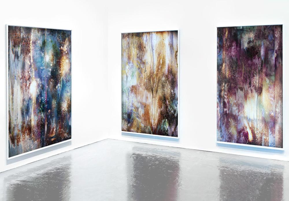 """Laura Rives, """"ultralight"""". Tirages lambda sur papier kodak endura, javel encadrements bois 153 x 87 cm. Vue d'installation, Toulouse, 2015."""