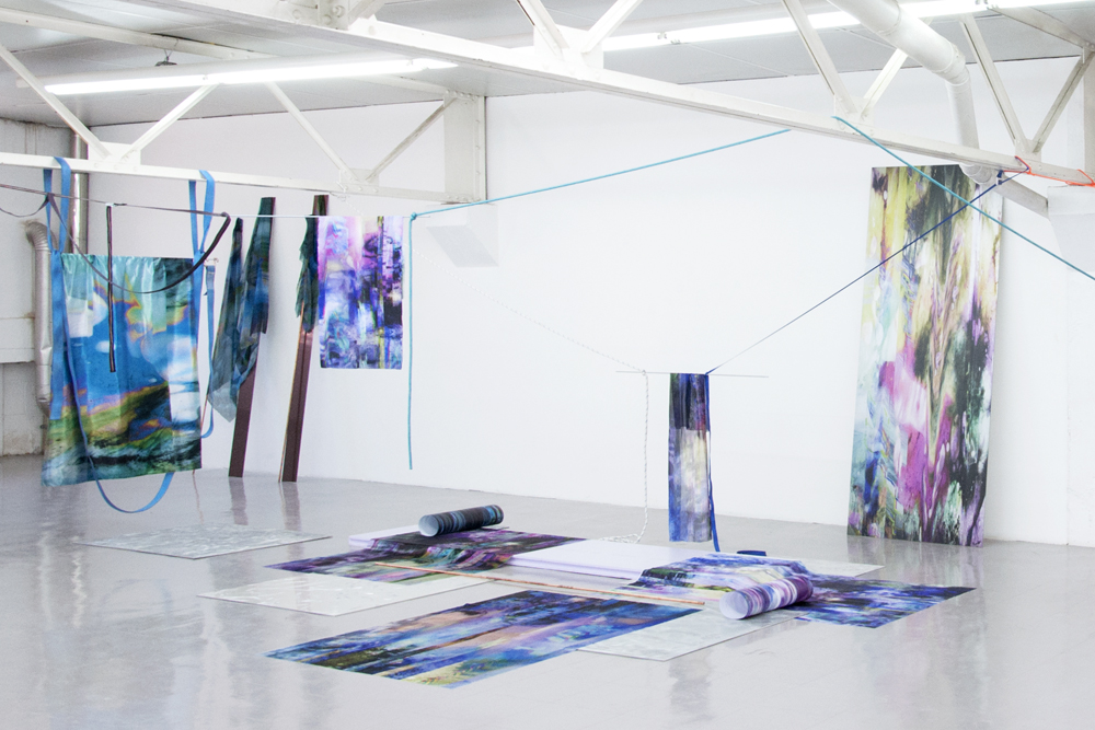"Laura Rives ""synarchipel, îlot central"". Impressions textiles par sublimation, impression direct sur alu composite, impressions sur translucent, alu poncé, matérieaux divers. Vue d'installation, Lieu-Commun, Toulouse en collaboration avec Julie Kieffer, 2017."