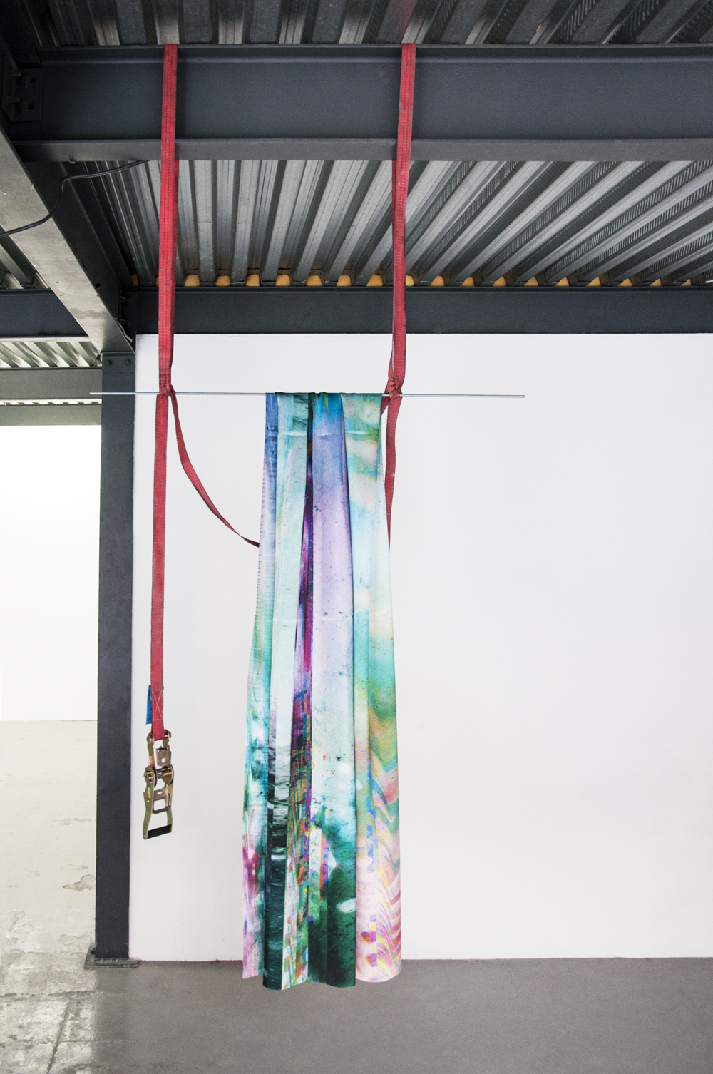 "Laura Rives, ""synarchipel, swing #1"". Impressions textiles par sublimation, tiges filtés, sangles, alu poncé 150 x 100 cm. Vue d'installation, Lieu-Commun, Toulouse en collaboration avec Julie Kieffer, 2017."