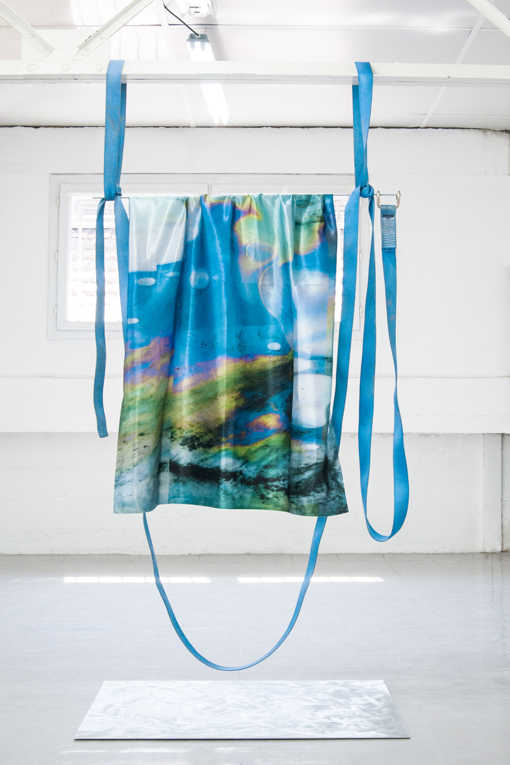 "Laura Rives, ""synarchipel, swing #2"". Impressions textiles par sublimation, tiges filtés, sangles, alu poncé 150 x 100 cm. Vue d'installation, Lieu-Commun, Toulouse en collaboration avec Julie Kieffer, 2017."
