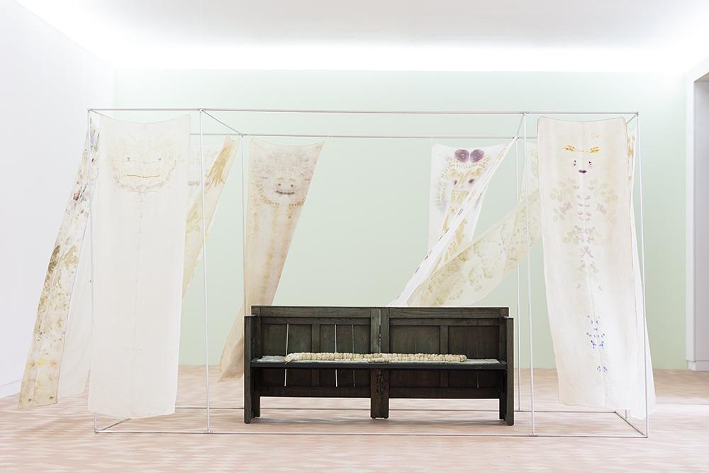 """""""Una Casa"""", Chiara Camoni, Vue de l'exposition """"Pendant que les champs brûlent"""", Maison des Arts Georges et Claude Pompidou, 2020. Photo © Yohann Gozard."""