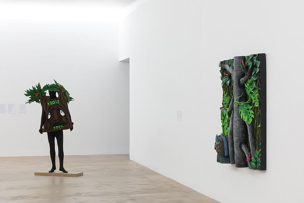 """""""L'albero di Marisa"""" et """"Maschera e ficus"""", Piero Gilardi, Vue de l'exposition """"Pendant que les champs brûlent"""", Maison des Arts Georges et Claude Pompidou, 2020. Photo © Yohann Gozard."""