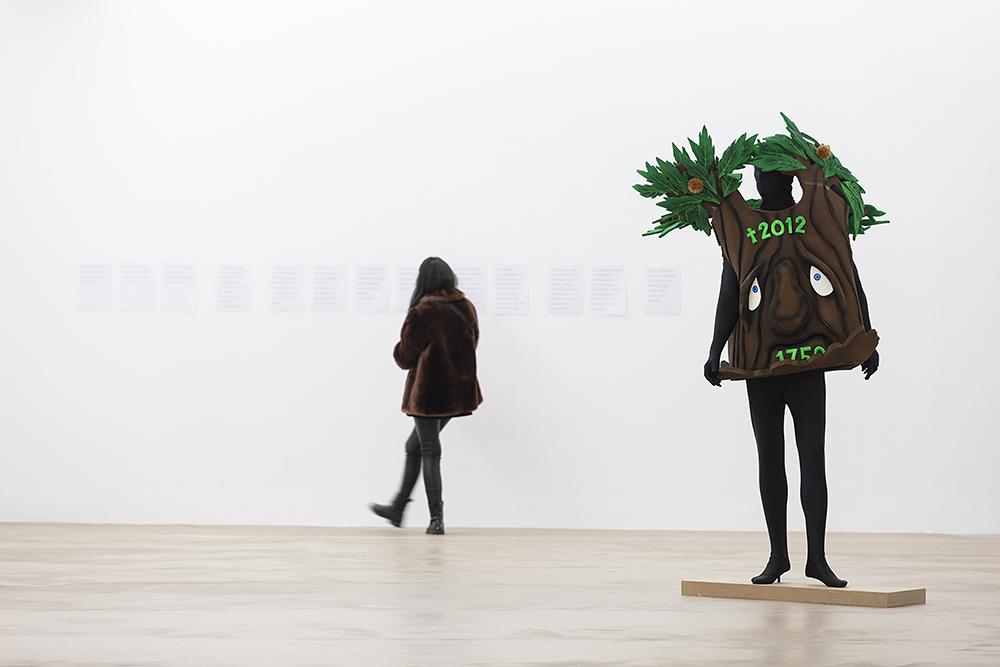 """L'albero di Marisa, Piero Gilardi, Vue de l'exposition """"Pendant que les champs brûlent"""", Maison des Arts Georges et Claude Pompidou, 2020. Photo © Yohann Gozard."""
