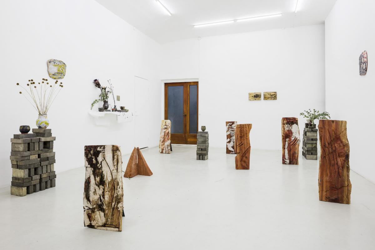 Natsuko Uchino, Clay tiles and red wood, Gallery Last Resort, Copenhague, 2018. Photo © Andes Sune Bergs
