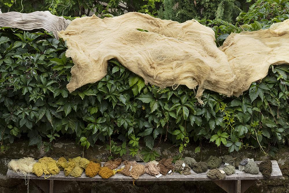 Teinture, Tenture, Peinture - Couleurs paysagères - Atelier de teintures végétales naturelles aux Maisons Daura, Natsuko Uchino & Sandrine Rozier, juillet 2020. FAIRE COMMUNS, MAGCP, 2020. Photo © Yohann Gozard.