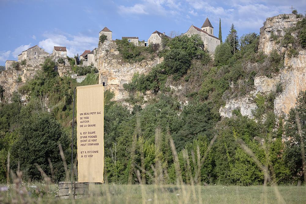 Les Pains de l'Alleu, bannière dans le paysage, Marie Preston, Line Gigot, Graziella Semerciyan. FAIRE COMMUNS, MAGCP, 2020. Photo © Yohann Gozard.