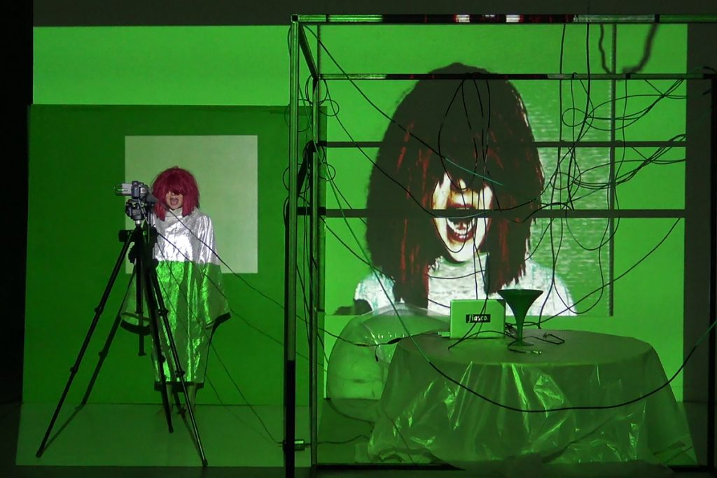 "Clémentine Poirier, ""Unworking desk : yell apparition"", 2017, vidéo, installation, performance. Courtesy de l'artiste"