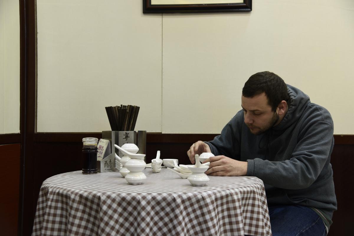 """Louis Dassé, """"Coquillages et crustacés"""". Restaurant Ningbo Tangtuan , Shanghai, district de Nanshi, 2019. Dans le cadre d'une résidence à Shanghai en partenariat entre l'école Off-shore, l'ESBAN et l'ISDAT autour du projet d'étude Querelles et harmonies en cuisine. Courtesy de l'artiste"""