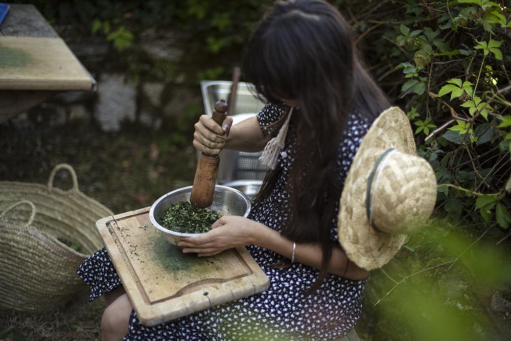 Atelier de teintures végétales naturelles aux Maisons Daura, Natsuko Uchino & Sandrine Rozier, juillet 2020. FAIRE COMMUNS, MAGCP, 2020. Photo © Yohann Gozard.