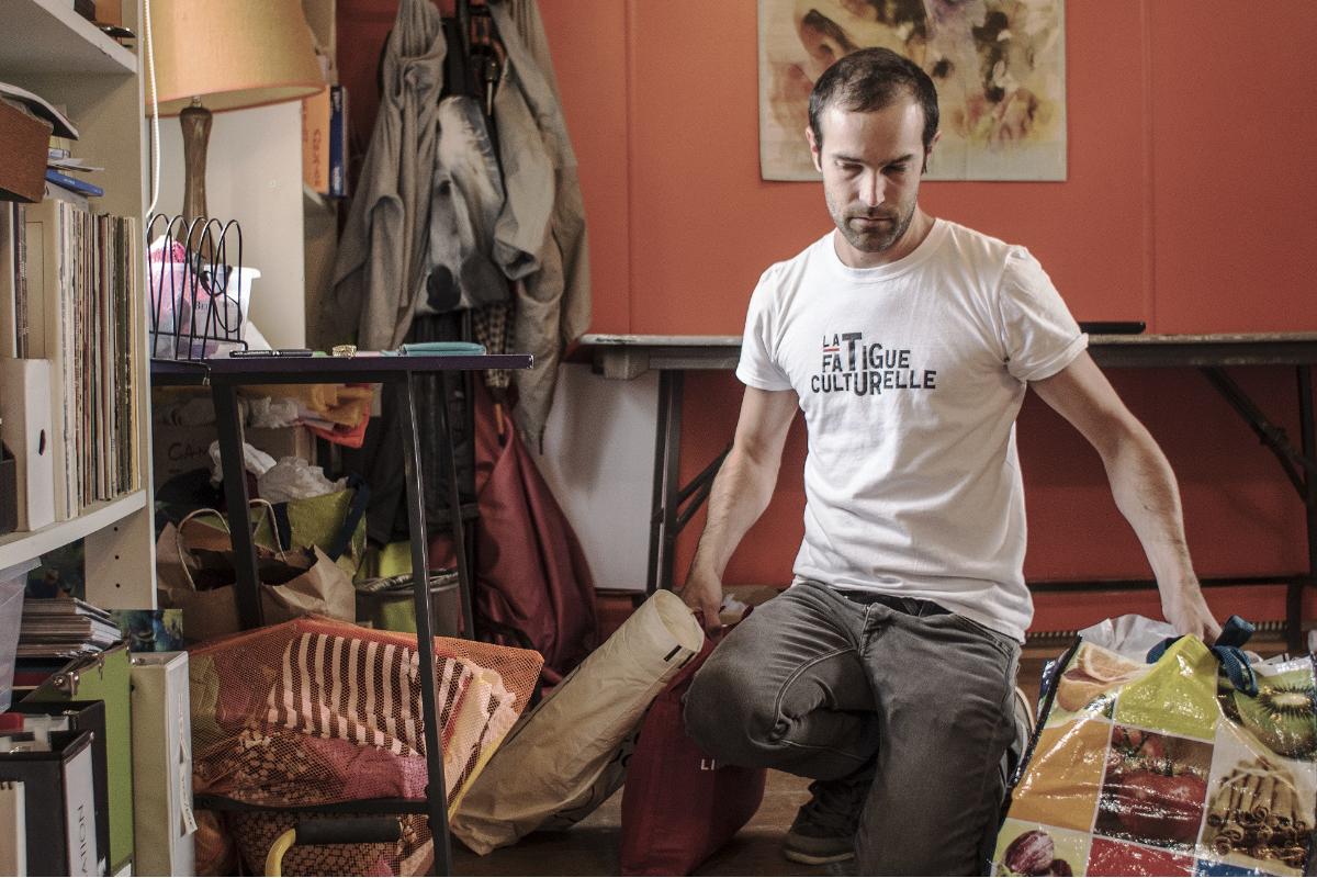 """Nicolas Rivard, """"La Fatigue culturelle dans les centres d'artistes du Québec"""", 2017, performance à DARE-DARE, Montréal. Courtesy de l'artiste"""